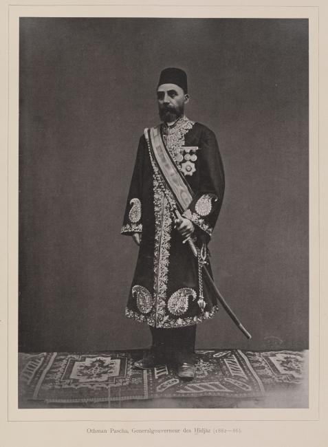 صورة لعثمان باشا، الحاكم العام للحجاز (١٨٨٢-١٨٨٦) تم التقاطها من قِبل السيد عبد الغفار أو كريستيان سنوك هيرخونيه في١٨٨٥. تم بذل جهد كبير خلال تحميض الصورة، وقد شمل ذلك الاستبدال الكامل للخلفية. 1781.b.6/8، ص. ١٠و