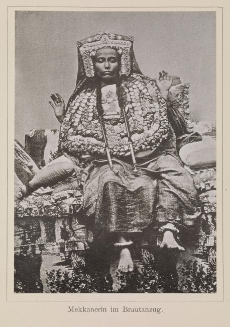 """Mekkanerin im Brautanzug"" [امرأة مَكّية في زي العُرس] تصوير السيد عبد الغفار ١٨٨٧-١٨٨٨. 1781.b.6/59، ص.ج-و٢٧"