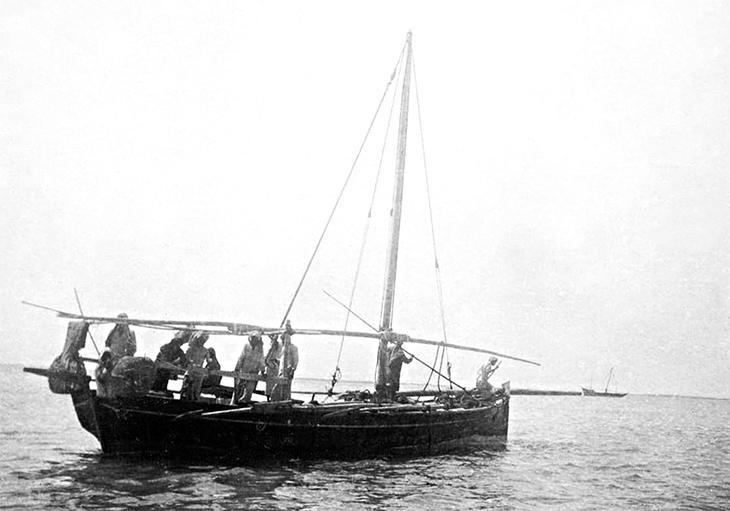 A pearling dhow and crew off the coast of Bahrain, 1911. User: Muharraq Forever / Wikimedia Commons / Public Domain