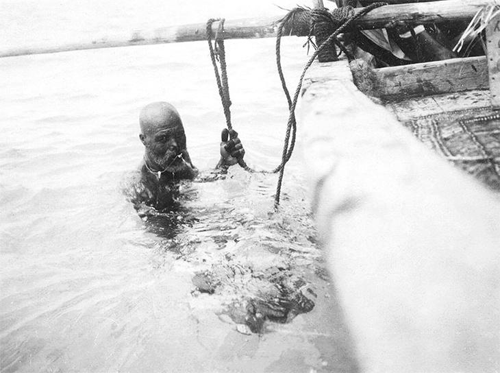A pearl diver prepares to search for oysters on the pearl banks off Bahrain, 1911. User: Muharraq Forever / Wikimedia Commons / Public Domain