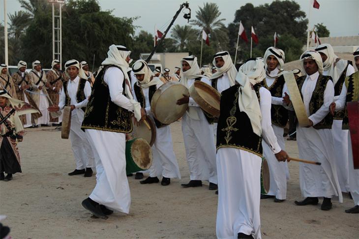 رقصة العرضة في تجمع قبلي لعائلة العطية في مدينة الكارتيات، الدوحة في ديسمبر ٢٠١٣. الصورة: خاصة بالمؤلف.