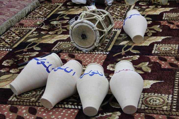 Baḥri ṭabl drum and jaḥla clay pots in Qatar - photograph Rolf Killius
