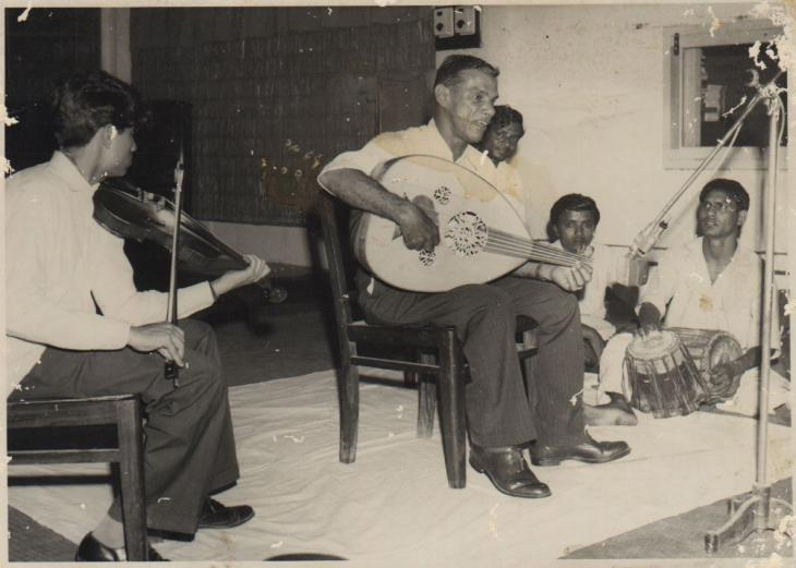 Salim Rashid Suri performs with a tabla drummer and violin player in Bombay, 1967; courtesy of Khalid Al-Suri.