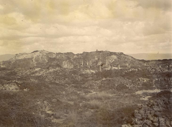 """""""صورة لحصن البلاد من الجنوب، مع تلال سمحان في الخلفية ومسجد في المقدمة"""" حوالي١٩٠٧. IOR/R/15/1/397، ص. ٥١"""
