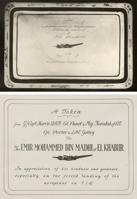 صورة للصينيّة الفضية المُقدمة إلى الأمير الشيخ محمد بن ماضي ونسخة من الإهداء المنقوش على الصينية باللغة الإنجليزية، بتاريخ مارس ١٩٤٢. IOR/R/15/2/274، صص. ١٠ب، ١٠ج