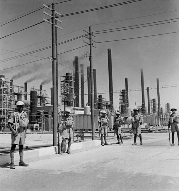 حراس بريطانيون أثناء الدوريات في محطة تكرير شركة النفط الأنجلو-إيرانية في عبادان، وذلك عشيّة الغزو الأنجلو-سوفييتي لإيران في أغسطس ١٩٤١. المصدر: متحف الحرب الإمبراطوري (E 5329)