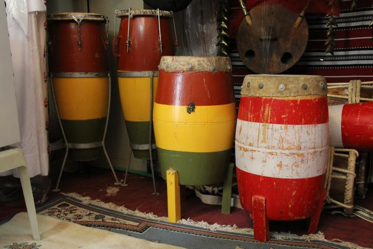 Laywa drums and ṭanbūra lyre in Kuwait - photograph Rolf Killius