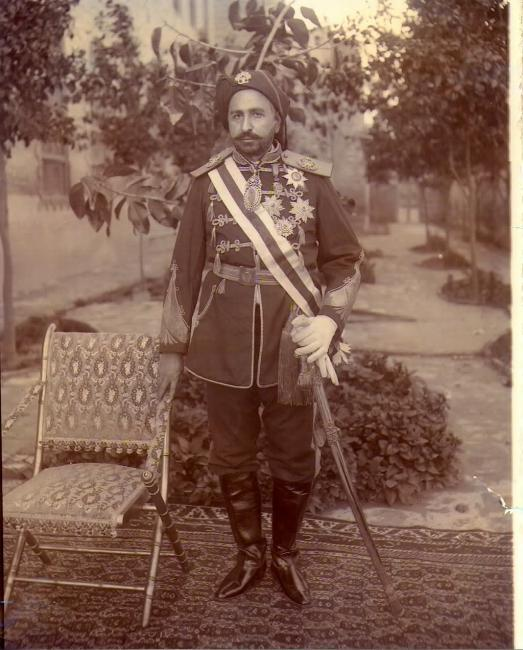 Shaikh Khaz'al bin Jābir bin Mirdāw al-Ka'bī wearing military uniform and honours bestowed on him by both the British and Persian Governments. Public Domain