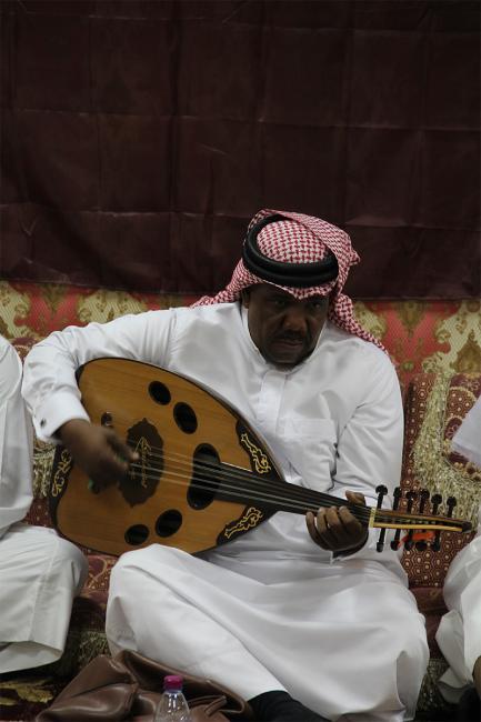 المغني مبارك جوهر الدوسري يعزف موسيقى الصوت في مجلس خالد جوهر في الدوحة في ديسمبر ٢٠١٣. الصورة: خاصة بالمؤلف.