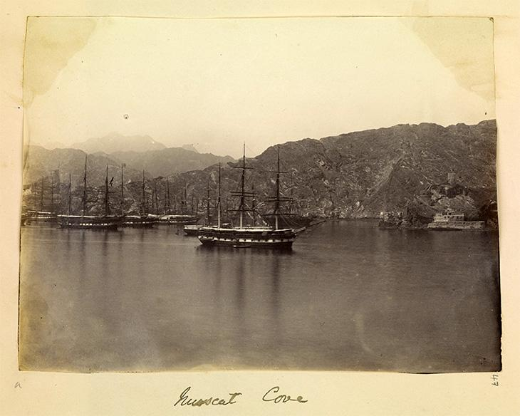 منظر خليج صغير في مسقط يظهر من خلاله أسطول للبحرية البريطانية. Photo 355/1/47