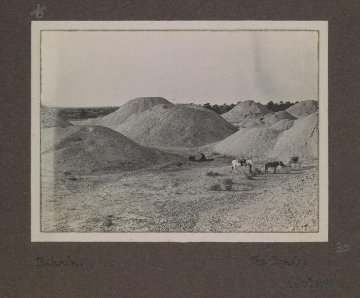 """""""البحرين: المقابر"""" من ألبوم صور لجولة القس إدوين أوبري ستورز-فوكس في الخليج، ١٩١٨. صورة 496/6/30"""