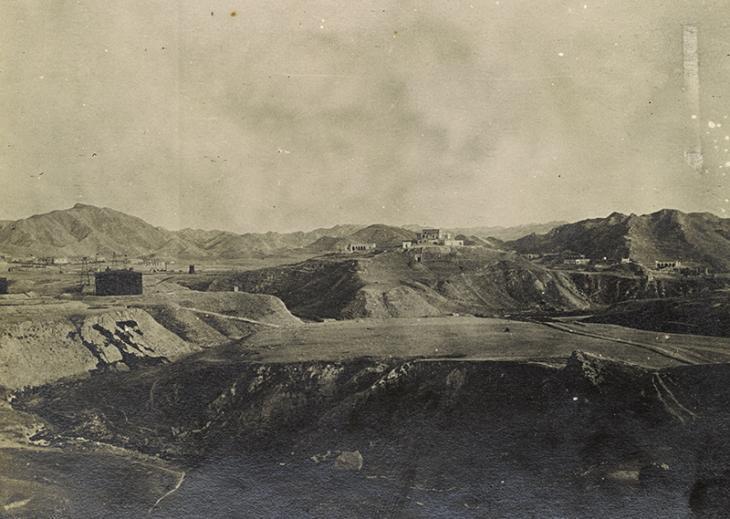 """مشهد عبر """"ميدان النفط""""، حقول النفط قرب مسجد سليمان، إيران، ١٩١٧. Photo 496/6/48"""