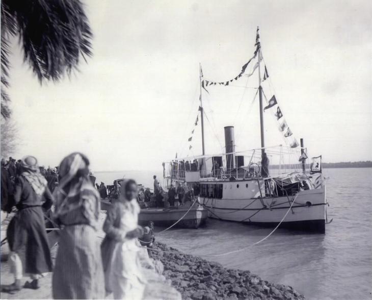 Shaikh Khaz'al's yacht docked behind Qasr al-Failiyah, 1925. Public Domain