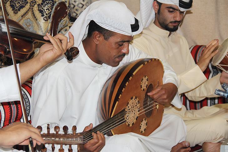 عازف آلة العود في حفلة لموسيقى الصوت، مايو ٢٠١٤. الصورة: ملك الكاتب.