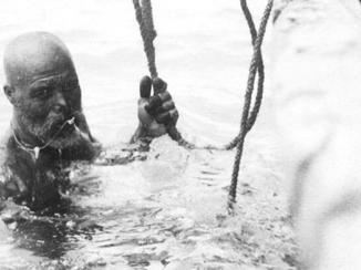 """انتكاس تجارة اللؤلؤ يدفع الغواصين """"المُستَعبدين"""" إلى المطالبة بحريتهم"""